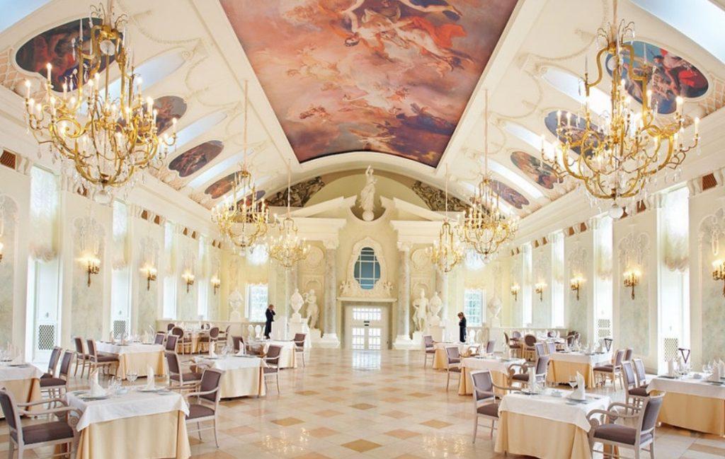 Пригласительные, декор помещения, столов, цветы и прочие детали свадьбы строго выдержаны в единой цветовой гамме